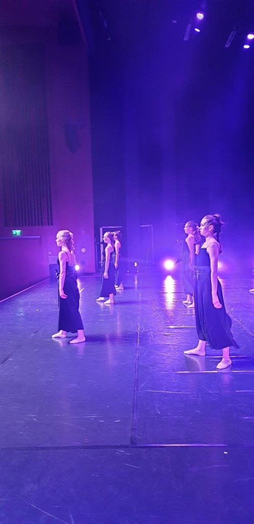 Läpi kaaoksen, koreografia T. Vuoti, esiintyjät: baletti ek 3