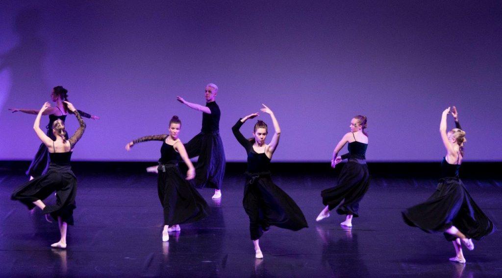 Läpi kaaoksen, koreografia T. Vuoti, esiintyjät: baletti ek 3, kuva: J. Tunkkari